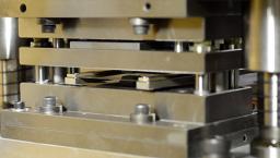 高性能サーボプレス加工機による複雑形状に対応する微細穴プレス加工_写真