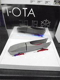 ボブスレーの模型とその台座・背面ボードで構成され、照明効果まで考えたユニット