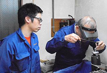 赤塚社長が長友製作所(大森西3-18-17)在籍の斉藤慎さんにマンツーマンの指導を行う様子